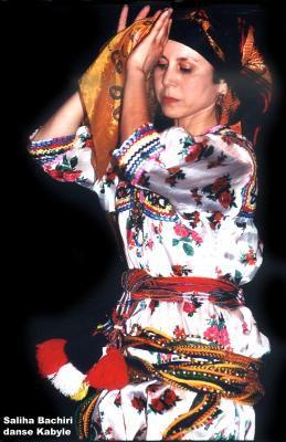 Photos de femmes kabyles: chanteuses, danseuses, miss,... célèbres ou anonymes.