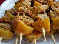 4 - Couper les suprêmes de poulet en gros dés et les mettre à macérer de 1 à 2 h dans la marinade. Les monter ensuite en brochettes en alternant morceaux de poulet, tomates séchées et citrons confits. Une douzaine de merguez viendront s'ajouter à la fiesta, mais seront cuites à part sur un grill électrique.