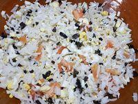 3 - Bien mélanger le tout. Rajouter la mayonnaise et remuer. Assaisonner avec sel et poivre. Pour finir rajouter les crevettes grises décortiquées et mélanger. Farcir les coques de tomates avec cette préparation, recouvrir du chapeau et réserver au frais. Mettre le fromage type St Morêt dans un bol. Laver et ciseler la ciboulette fraîche, l'incorporer au fromage et mettre dans une poche à douille au frais. A l'aide d'un cure-dent, piquer les tomates cerises et les placer au sommet des tomates rondes farcies. Bien vous assurer de la stabilité de l'ensemble (couper un peu la base si nécessaire).  Décorer vos tomates avec la préparation au fromage (réservée au frais dans la poche à douille) à la façon d'une religieuse.  Saupoudrer chaque tomate d'un peu de piment d'Espelette. Disposer les tomates sur un plat de service, décorer avec le reste de tomates cerises, d'oeufs de caille saupoudrés de piment d'Espelette, de radis ronds et avec les gambas. Placer au frais jusqu'au moment de servir en entrée de repas.