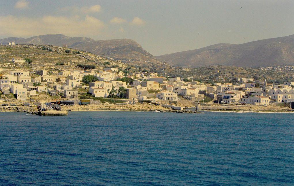 On y débarque après l'île de Kassos ( dia 1 ). Le port et la ville principale de Pigadia ( 2 et 3 ) se préparent à la  saison touristique, en mai. Les ornithologues composent le plus gros de la troupe des touristes, quelques dizaines de personnes. L'intérieur de l'île a conservé toute son authenticité, et en mai la couleur est encore partout, le soleil n'a pas tout brûlé.