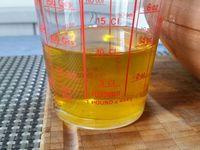 2 - Préparer la sauce d'accompagnement. Déposer une douzaine de tomates séchées environ sur du papier absorbant pour retirer l'excédent d'huile. Préparer 10 cl d'huile d'olive. Passer les tomates séchées au mixeur, incorporer 5 cl de vinaigre de cidre, mixer à nouveau.