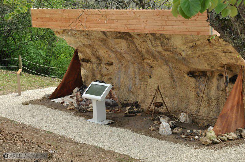 Reconstitution d'un campement magdalénien sous abri.