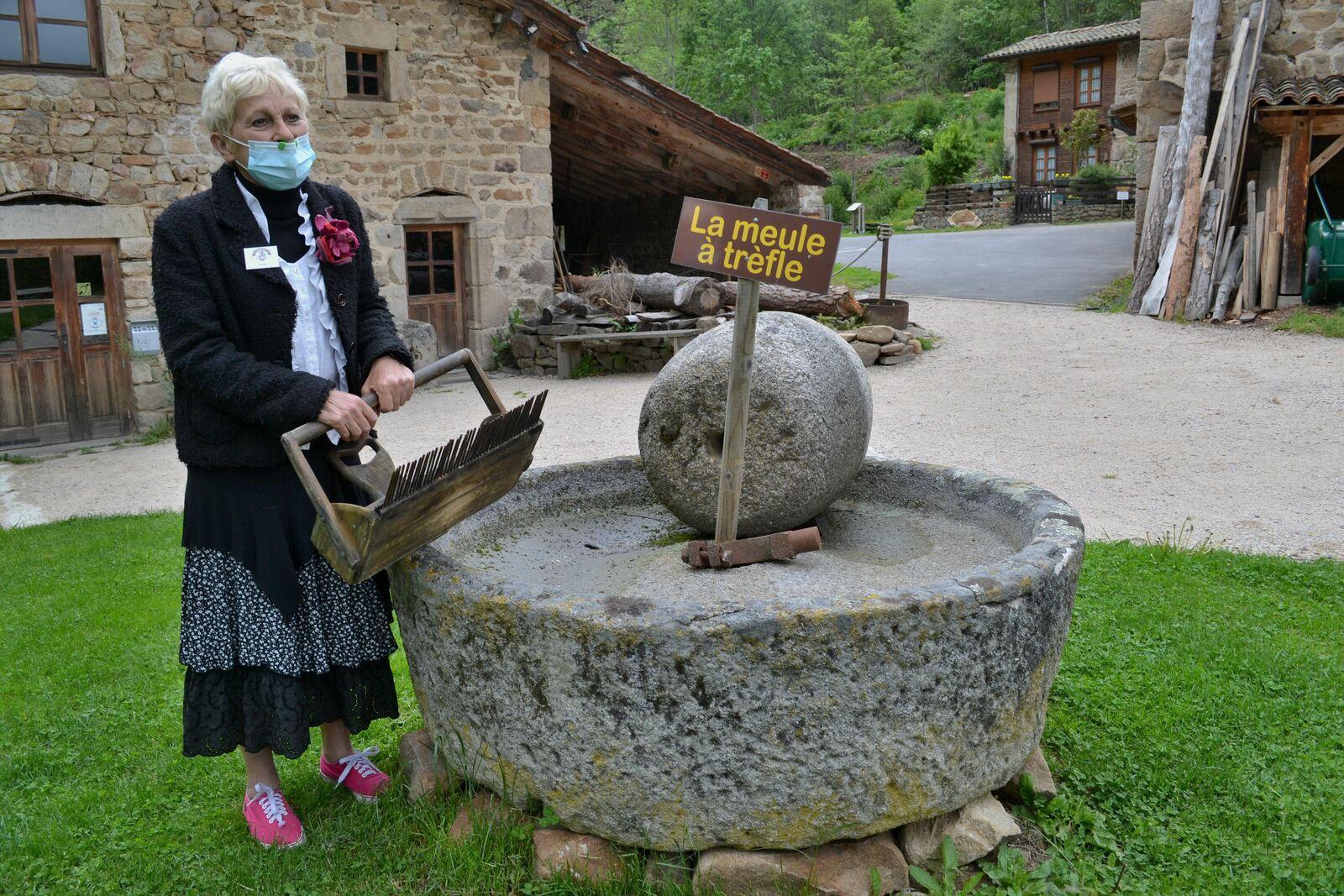 Janine, notre charmante guide au moulin des Massons...