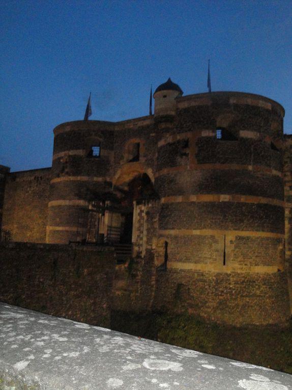 Après les ruelles le château , ses tours, son entrée avec pont levis, ses douves en herbe ou occupées par des parterres savamment dessinés et planté.