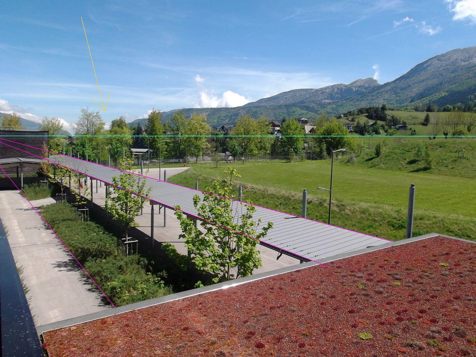 exemple avec la vue depuis la salle d'arts plastiques : en bleu la ligne d'horizon, en rose les lignes fuyantes qui se rejoignent au point de fuite (ici hors de l'image).