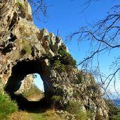 Un petit tunnel creusé dans la roche - Autour de