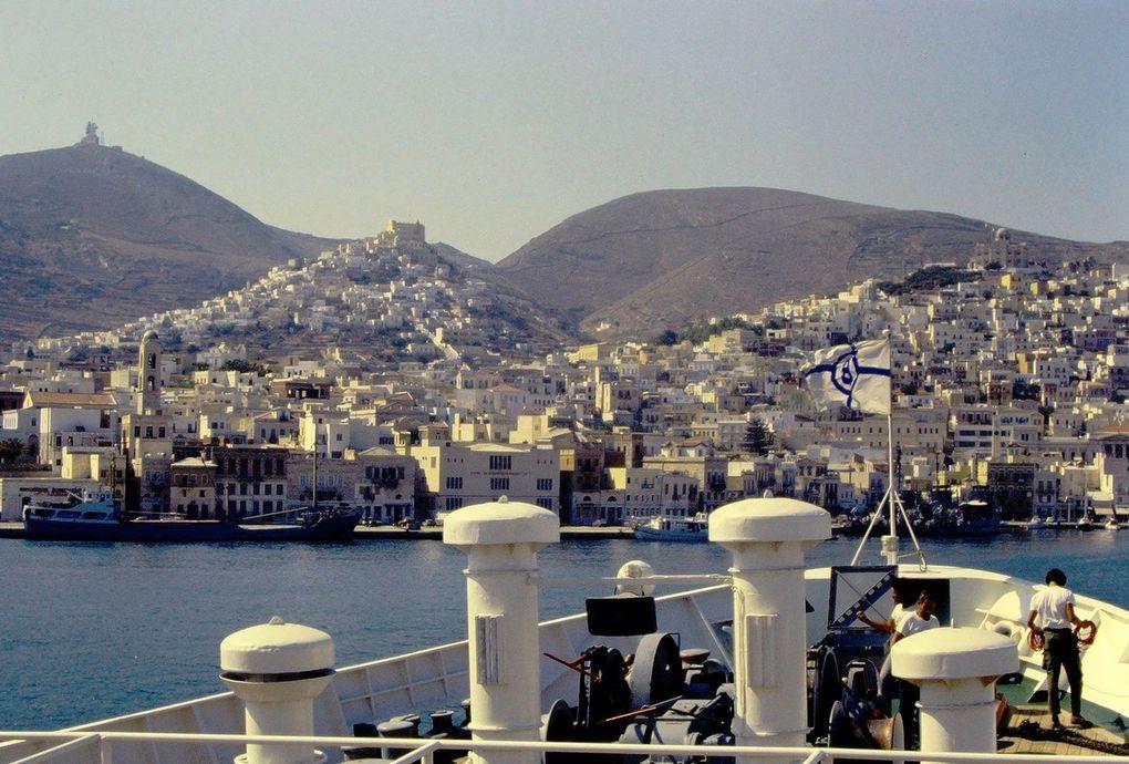 L'idéal pour découvrir les Cyclades est d'aller d'île en île en ferry. Tinos ( dia 1 ) n'est qu'à quelques heures du Pirée, Syros ( dia 2 ) n'est pas très loin non plus. L'été, on se croirait en croisière, à découvrir une à une les îles se rapprochant sous des lumières changeantes ( dernière dia: Mykonos, la nuit ).
