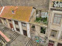 Le pont Dom Luis (voir la première photo) surplombe un quartier populaire où de nombreuses maisons, désertées, se sont effondrées. Elles sont petit-à-petit recouvertes d'ipomées aux fleurs d'un bleu profond. Un figuier s'est installé là où, autrefois, vivait une famille. Heureusement, il reste des habitants qui essayent tant bien que mal, de garder leur quartier vivant.