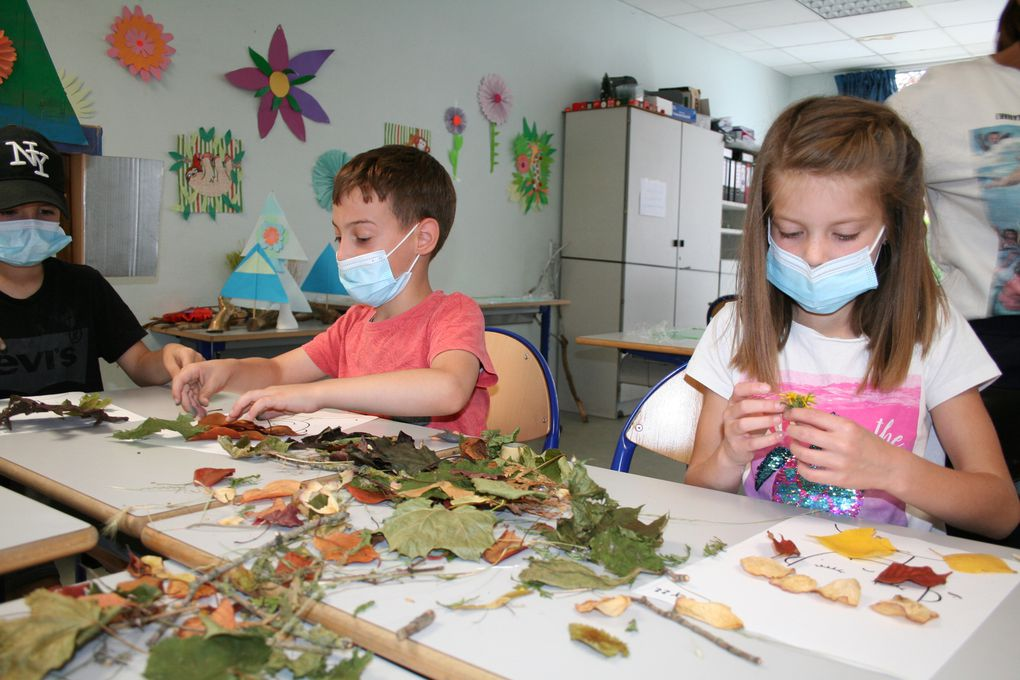 Mercredi 4 Août 2021. Après avoir ramassé quelques feuilles dans le parc, les enfants du centre Lavoisier ont confectionné un atelier végétal avec la réalisation d'une coiffe! Les idées fusent!