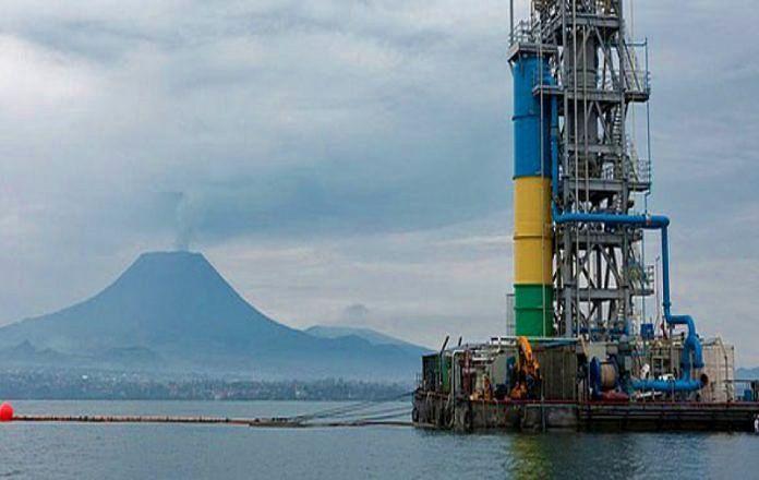 Plate-forme d'extraction du méthane dans la Lac Kivu, avec en arrière-plan, le volcan Nyiragongo - photo archives RDC électricité