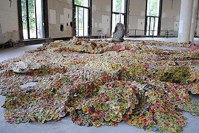 Les tapis de fer d'El Anatsui au Palais de Tokyo