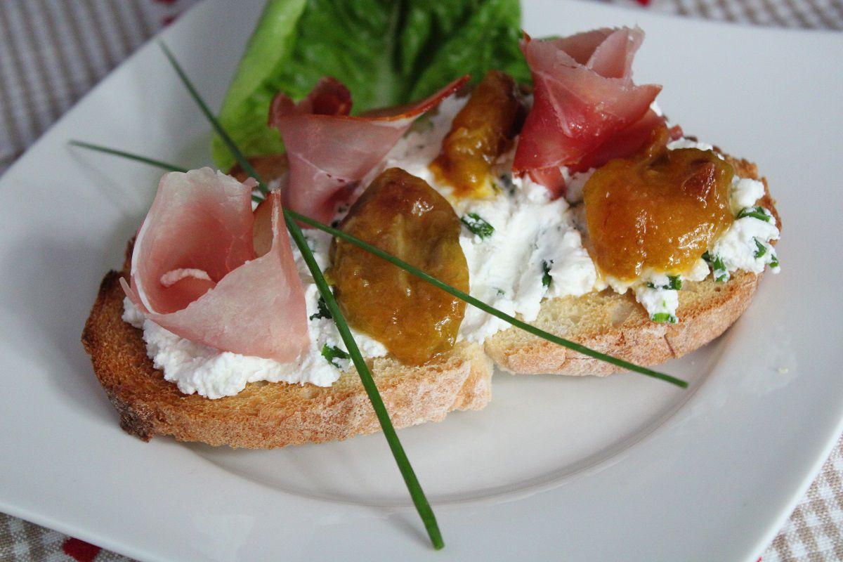 Bruschetta chèvre, jambon et prunes Reine Claude