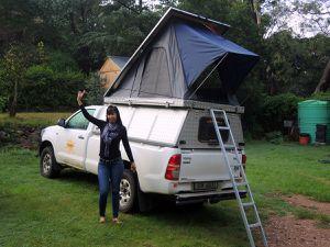 Et voilà la bête ! Avec la tente sur le toit et le frigo dans le coffre