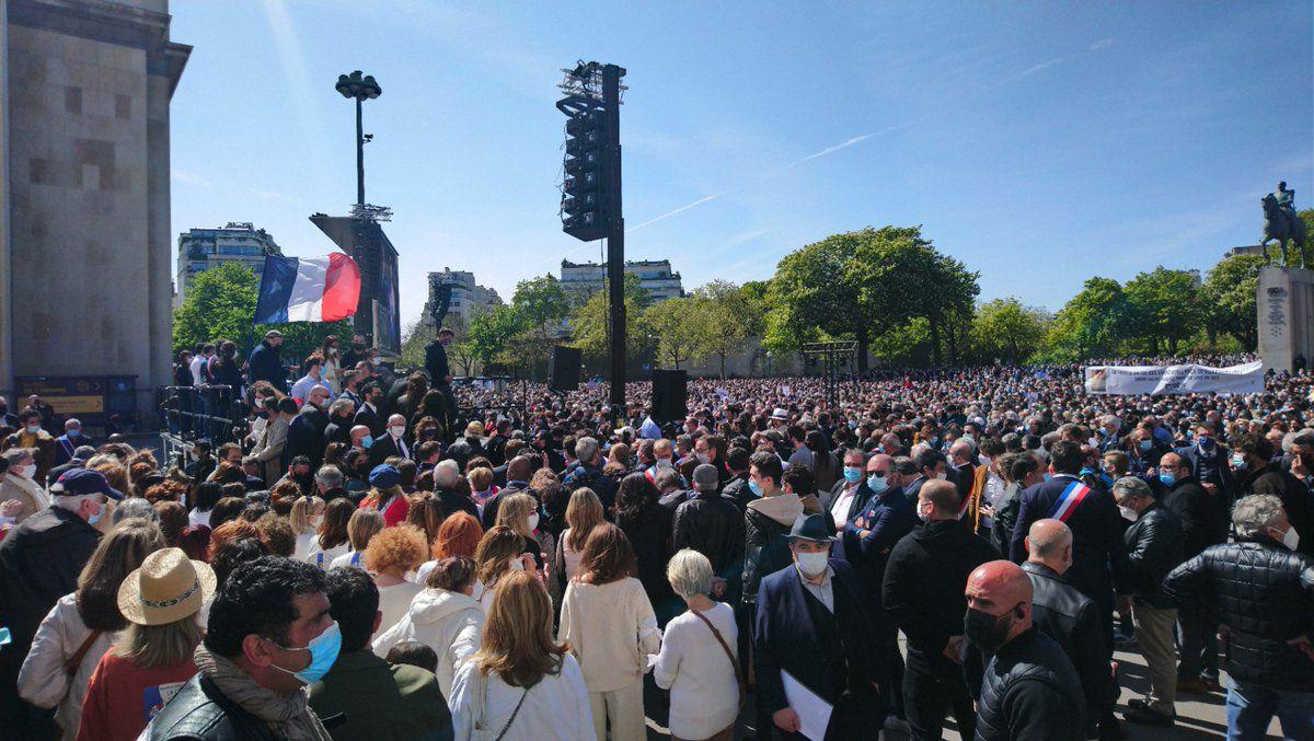 Une foule sans masque se déchaîne lors d'une fête sauvage aux Buttes-Chaumont (et pendant ce temps au Trocadéro)