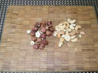 1 - Bien laver les pommes de terre et les couper en quartiers, les mettre à cuire pendant 10 mn dans une casserole d'eau bouillante salée. Pendant ce temps, casser les noisettes, et les passer au mixeur avec les noix de cajou et le thym égrainé pour obtenir une texture pas trop fine (sable grossier avec de petits éclats). Rajouter 1 cuil.à soupe de persil haché, 2 à 3 cuil. à soupe de chapelure et 2 bonnes pincées de piment doux (réduire la quantité si vous prenez du piment d'Espelette). Mélanger et assaisonner avec le sel et le poivre suivant vos goûts.