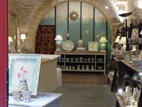 Beaucoup de boutique se trouvent dans ce qui était le pont habité, d'où les arches et impression de caves voutées. La maison du savon de Marseille, accueil super gentil et une jolie devanture de brocanteur (mais pas sympa du tout ce monsieur!)
