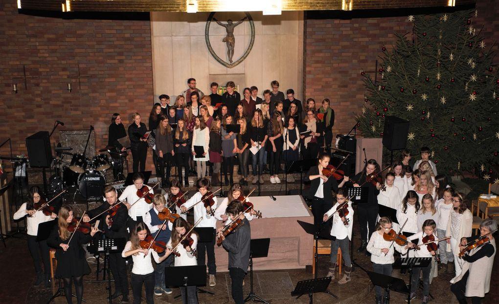 """Beim grandiosen klangvollen Finale stimmten mit dem Chor auch die über 400 Besucher """"Macht hoch die Tür"""" mit ein, musikalisch begleitet von 30 Streichern im Altarraum und 30 Bläsern im Background der Kirche."""