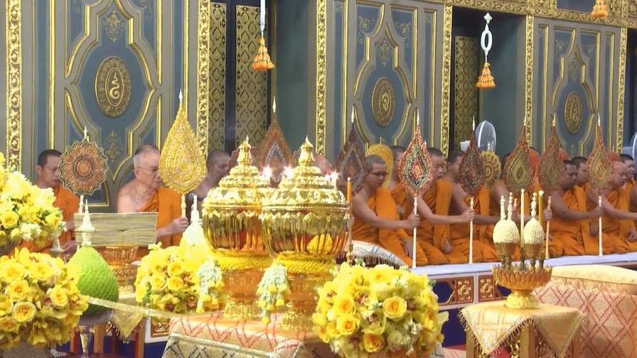 Au cours de ces rites, postérieurs à la crémation, les moines bouddhistes étaient beaucoup plus présents que lors de la journée du 26 octobre.