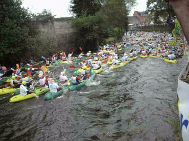 Première journée du week-end de la compétition loisir des 24 heures kayak 2009, se disputant en Bretagne à Inzinzac-Lochrist. Rire, chavirements, échouages et éclaboussures sont au programme !