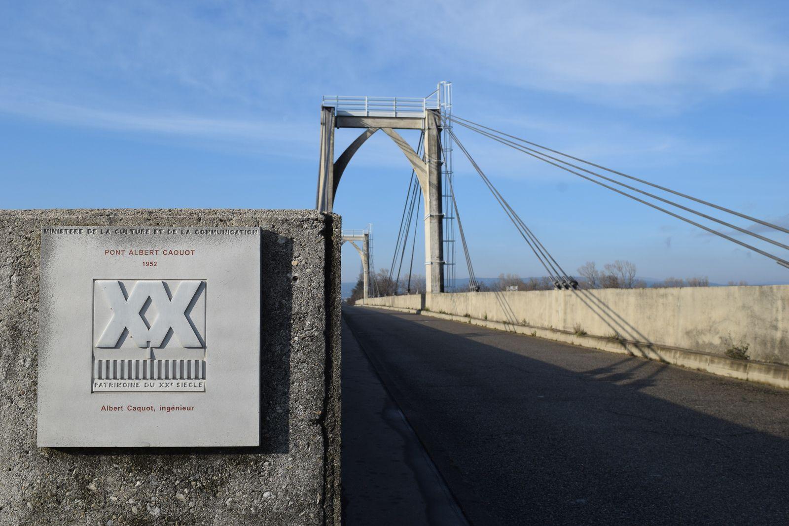 """Mes recherches me mènent sur le site du patrimoine """"La Région Auvergne-Rhône-Alpes"""" ou j'apprends le nom de ce pont en l'occurrence """"Le pont Routier Albert Caquot"""". Ce quiseconfirme avec cette plaque présente sur le pont."""