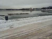 Un lac gelé-A frozen lake
