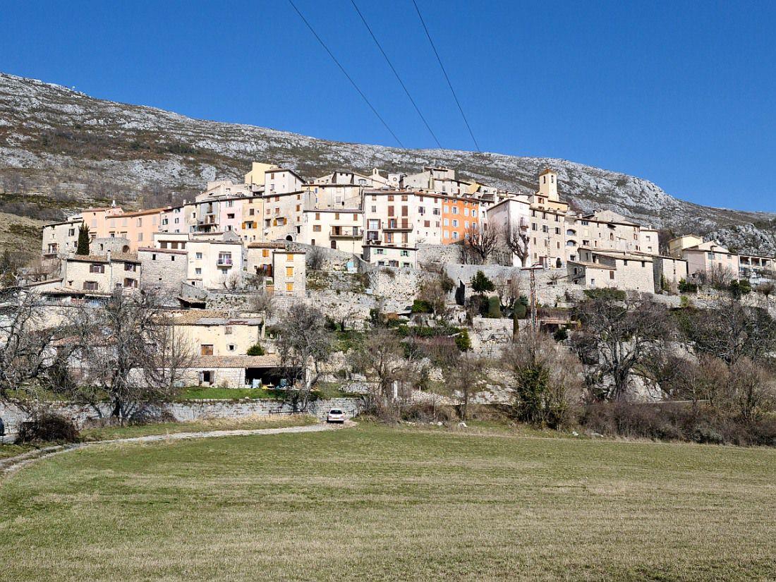 Village pittoresque des Alpes Maritimes, perché à 1000 mètres d'altitude sur le versant sud du Cheiron