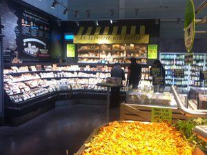 Une carte des terroirs fromagers, une cave à fromages,