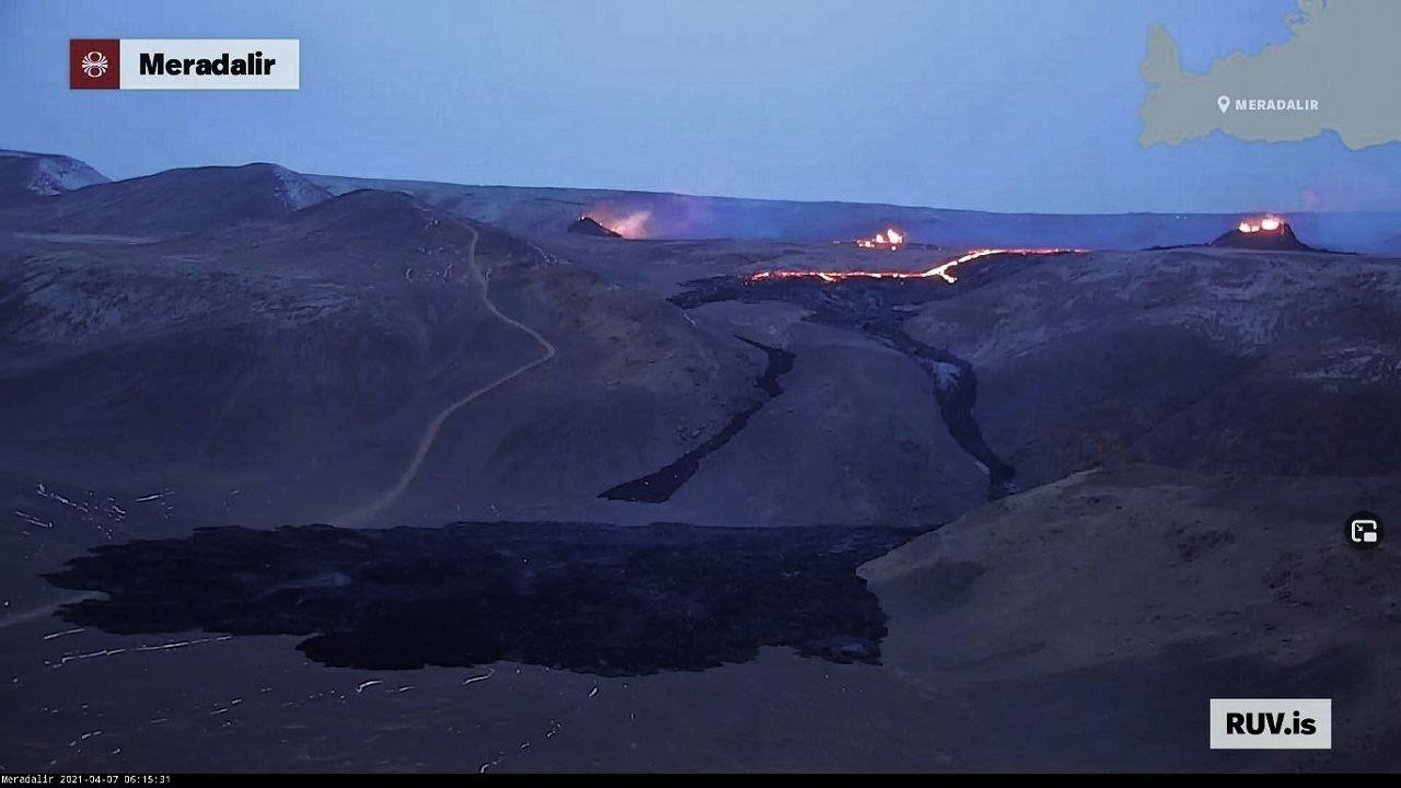 Péninsule de Reykjanes - les 3 fissures éruptives, avec leur cône respectif - webcam RUV  / 07.04.2021 / 06h15