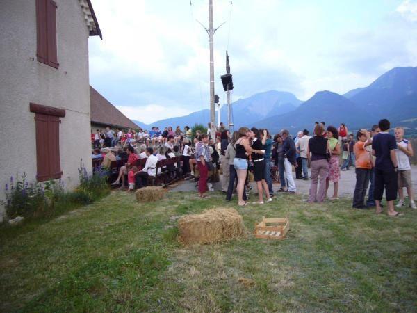 Capitaine Fracasse sur la place du village. Eté 2008.