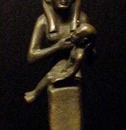 Statue d'ISIS à l'enfant