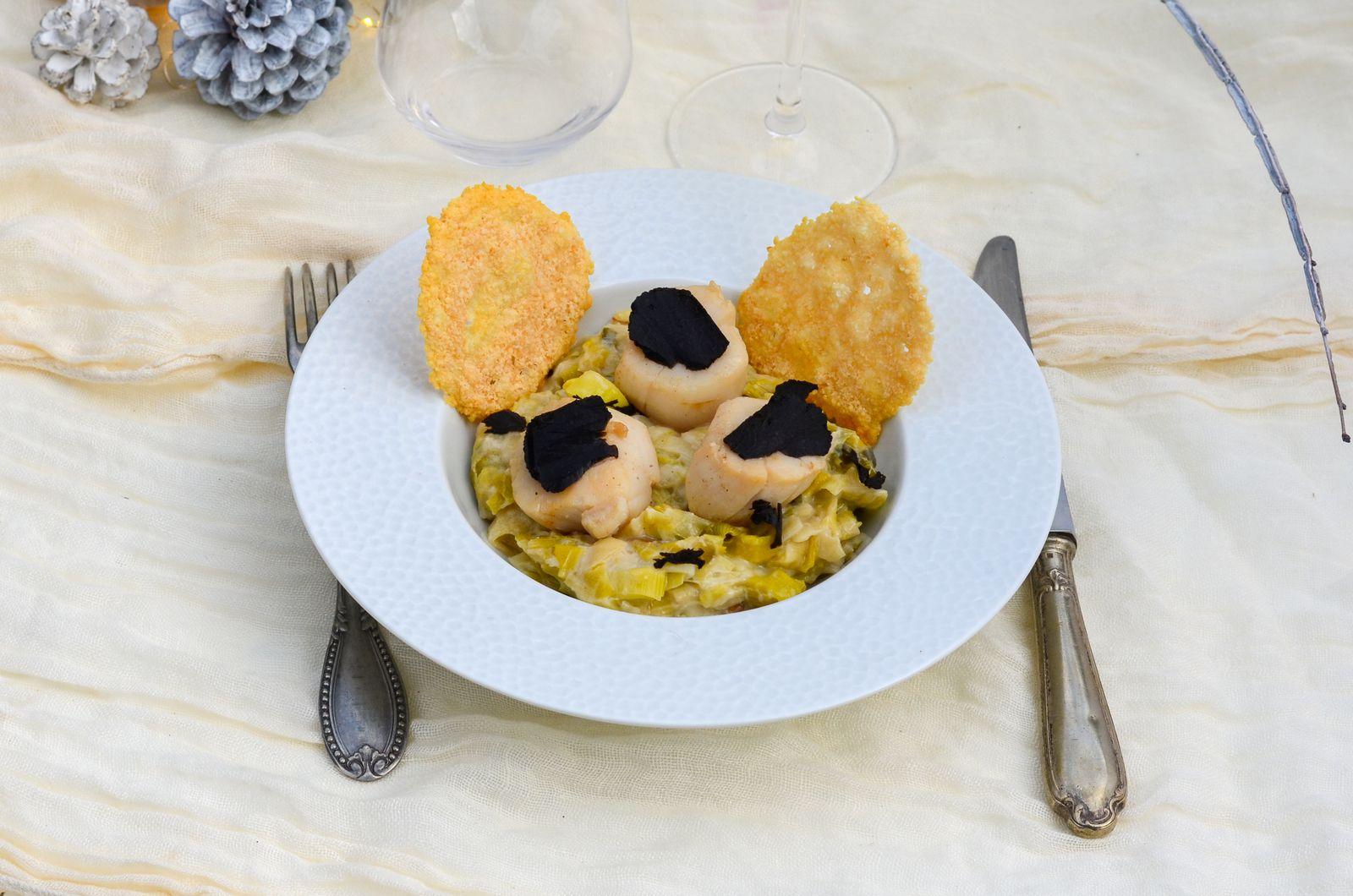 Noix de Saint-Jacques aux truffes, fondue de poireaux