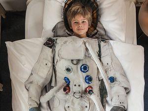 Astronaut smartphone stand sur www.cibone.com, une marque et un site japonais ; stickers sur www.e-glue.fr ; parure de lit astronaute Snurk ; t-shirt Goodjoe ; tous plein de jouets sur www.boutiquespatiale.com.