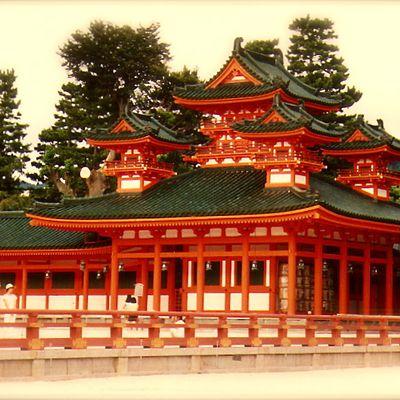 Kyôto : Heian-Jingu 平安神宮, le sanctuaire de la Paix et la Tranquilité, et son magnifique jardin.