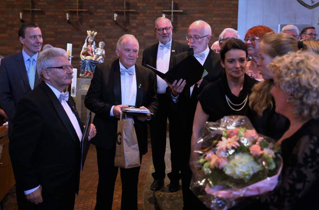 Am Ende gab es allseits Lobeshymnen für die gezeigten Leistungen sowie Blumen und Präsente.