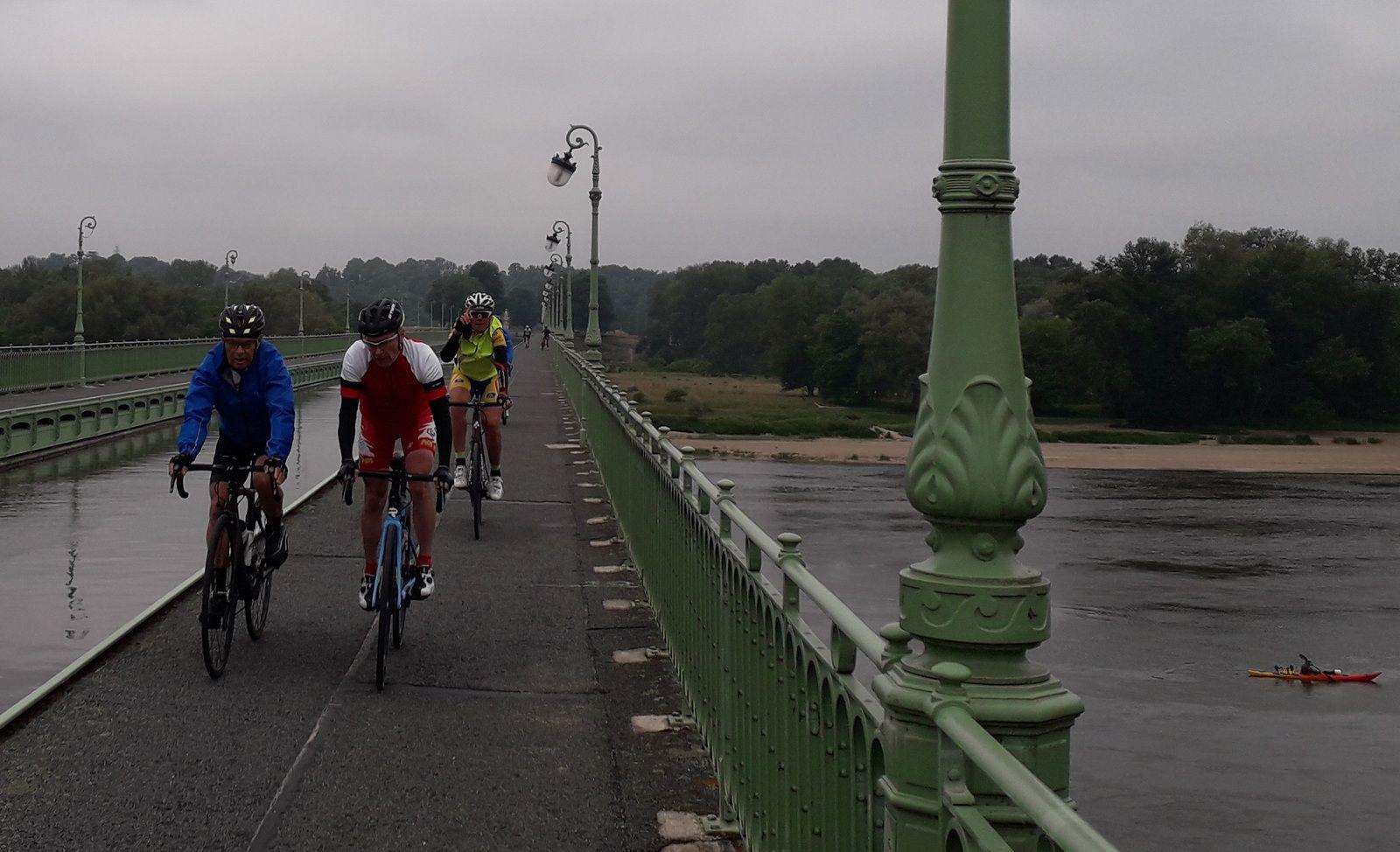 Sa selle de rechange à 14€99, seulement bonne pour des sorties de 2h... pas pour 6h de vélo !