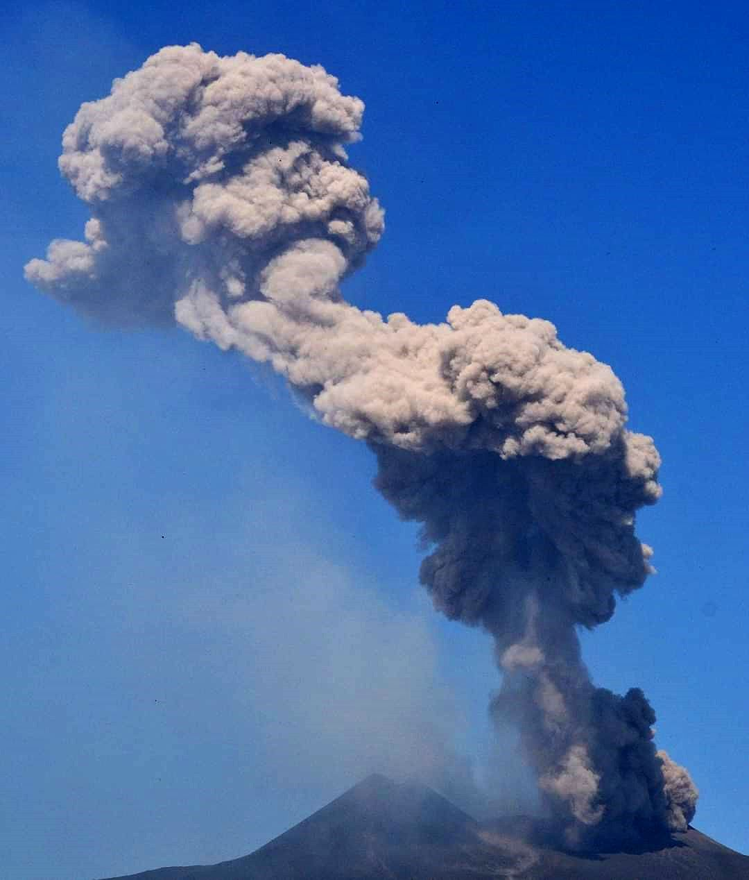 Etna - explosion at NE crater on 08.10.2021 / 07:20 UTC; the plume rose to 6000 m asl. - photo Etna News