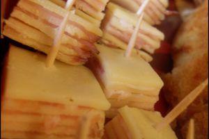 Bouchées de mille-feuilles fromage et jambon cru