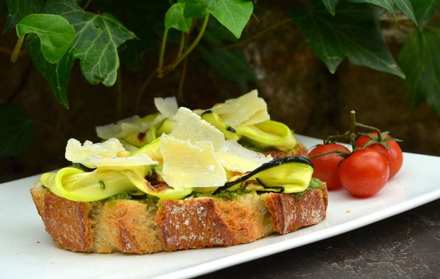 Bruschetta verde (pesto, courgette)