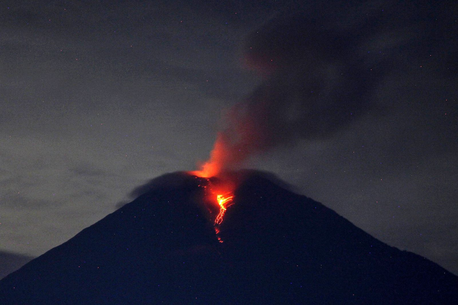 Semeru - chute blocs incandescents - photo 02.12.2020  Xinhua  / Aditya Irawan