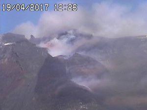 Etna - activité strombolienne le 19.04.2017 , respectivement à 12h12 et 12h26 - webcam RS7