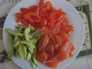 Bruschetta au saumon fumé, tomates concombre et avocat