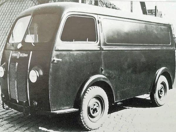Nouvelle carrosserie Chausson - L'argumentation publicitaire de l'époque vantant les qualités d'utilitaires. - A partir de 1947, Chenard a recours au moteur 4cylindres Peugeot ce qui a nécessité l'adjonction d'une calandre saillante pour contenir le radiateur. Ainsi retouchée, la face avant du fourgon a une resemblance notoire avec la face avant des cars Chausson de cette même époque. (ici  un APH 2/50).