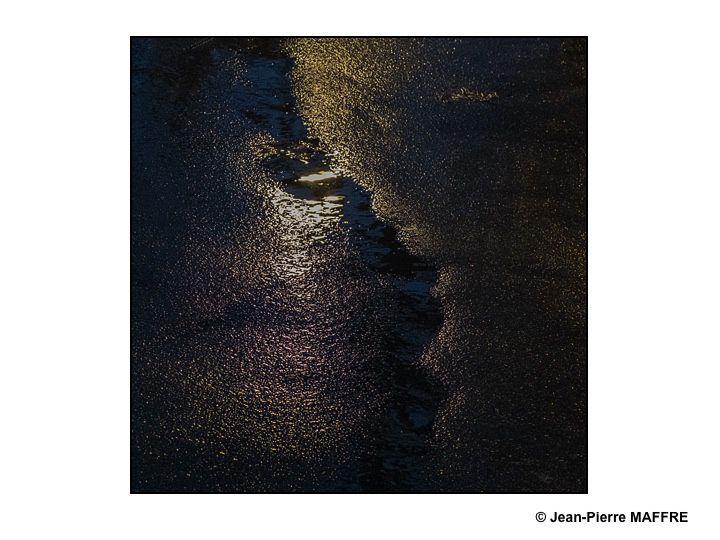 Toujours marcher le nez en l'air ? Non ! Il suffit tout simplement de regarder le sol pour découvrir une foule d'effets lumineux saisissants.