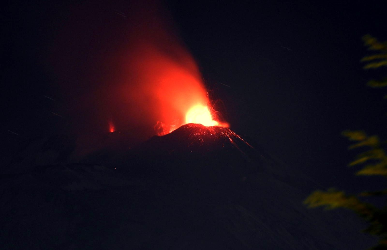 Etna -14.12.2020 in the evening - activity at the SE crater (foreground) and sporadic at La Voragine (background left) - photo boris Behncke