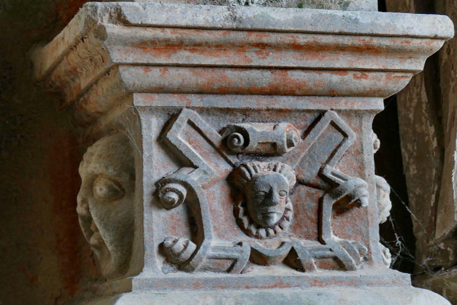Base des colonnes du porche intérieur de l'église de Guimiliau. Photographie lavieb-aile.