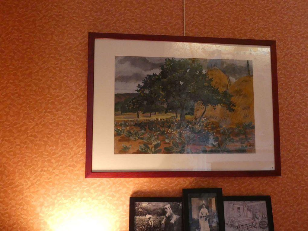 """L'exposition débute par la salle à manger de la Grande Vigne. Sur la table, est disposée une partie d'un service """"à la galette"""" conçu par Mathurin Méheut."""