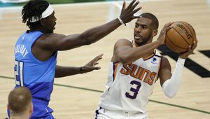 Les Suns s'offrent Milwaukee sur le fil du rasoir, Chris Paul passe devant Magic Jonhson