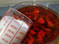 1 - Couper les noix vertes en 4. Les placer dans un grand saladier ou gros bocal ou bonbonne, verser les 3 bouteilles de vin rosé, le 1/2 litre d'eau de vie, ajouter le sucre, les clous de girofle et le bâton de cannelle. Mélanger le tout, recouvrir le saladier d'un film étirable et placer dans un endroit frais et sombre pour 45 jours.