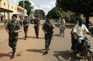 Des militaires français à Adébem (village de Sassandra) en Côte d'Ivoire (Notre Voie)