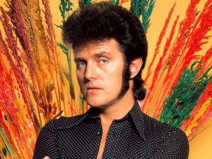 alvin stardust, un chanteur de rock britannique qui s'illustra dans la vague du glam-rock des années 1970